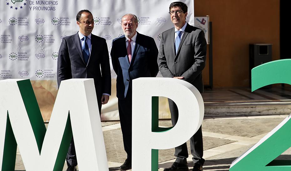 Juan Marín, junto al delegado del Gobierno, Alfonso Rodríguez Gómez de Celis, y el presidente de la Diputación de Sevilla, Fernando Rodríguez Villalobos.