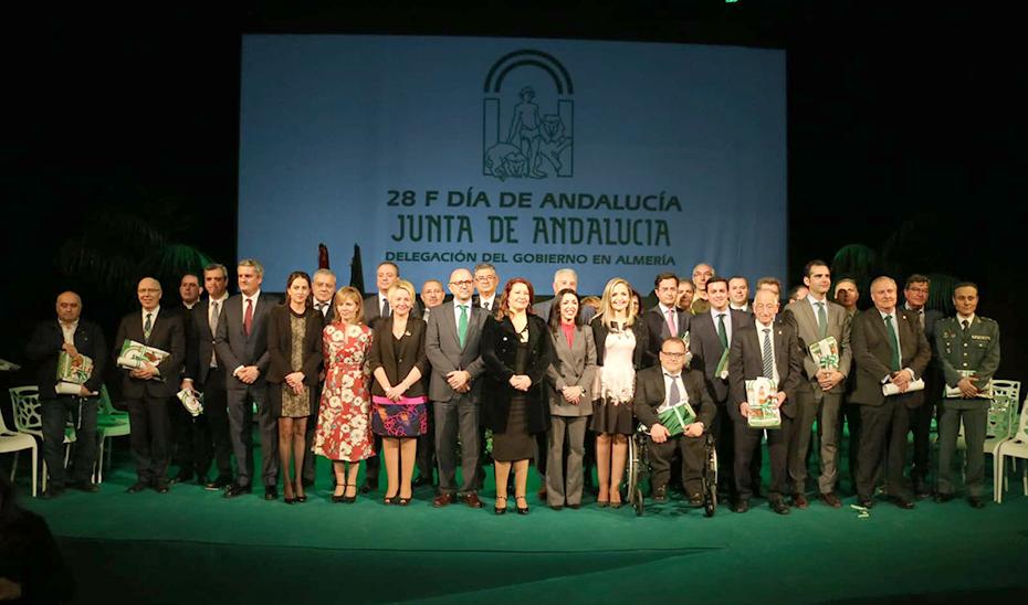 La consejera Carmen Crespo posa con los galardonados de Almería.
