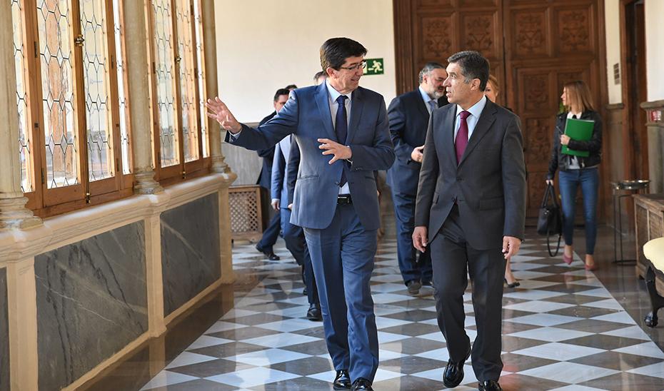 El vicepresidente de la Junta y consejero de Justicia, Juan Marín, junto a Lorenzo del Río durante su visita en Granada al Tribunal Supremo de Justicia de Andalucía.