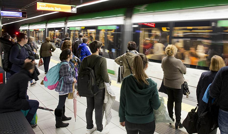 Varios pasajeros esperan para acceder al metro de Málaga.