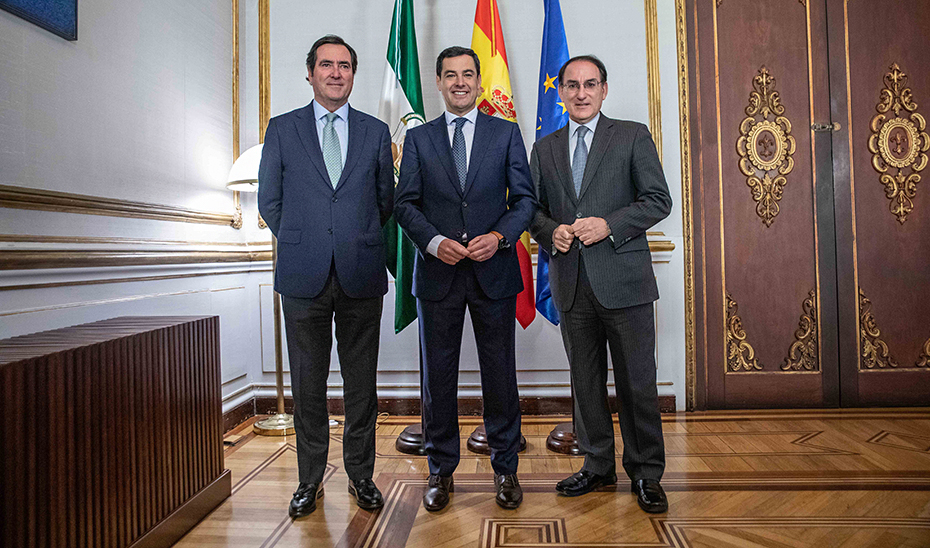 El presidente de la Junta, Juanma Moreno, flanqueado por los de la CEOE, Antonio Garamendi, y de la CEA, Javier González de Lara.