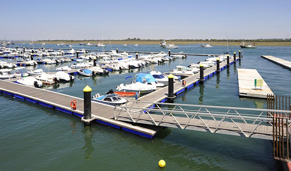 Embarcaciones atracadas en uno de los muelles de la ría de Punta Umbría, en Huelva.