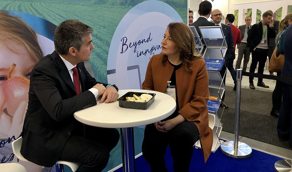 Carmen Crespo y Miguel Ángel del Amor, reunidos en la feria Fruit Logistica de Berlín.