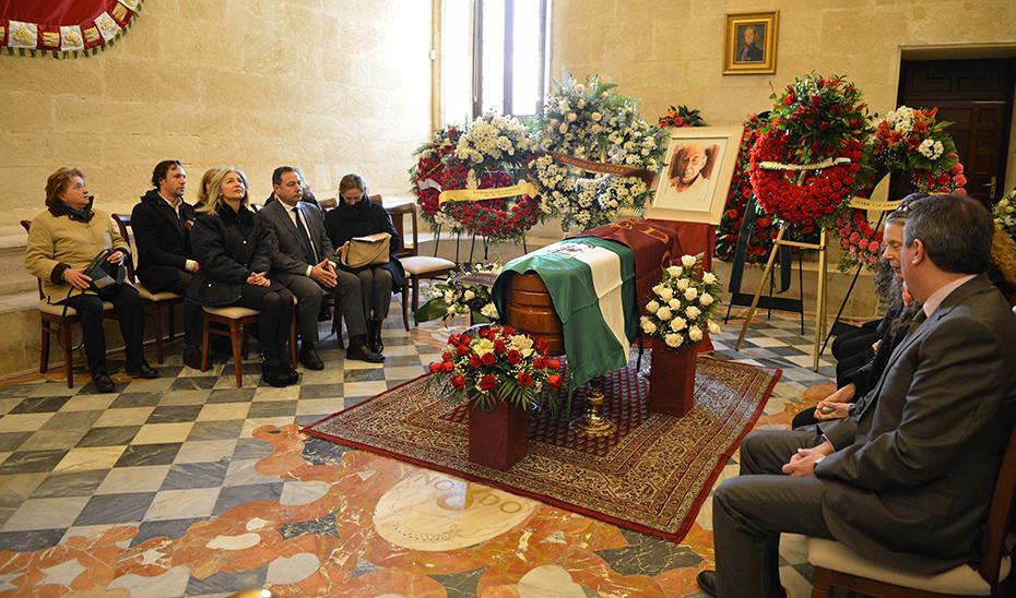 La consejera de Cultura, junto a autoridades y familiares, en la capilla ardiente de Salvador Távora.