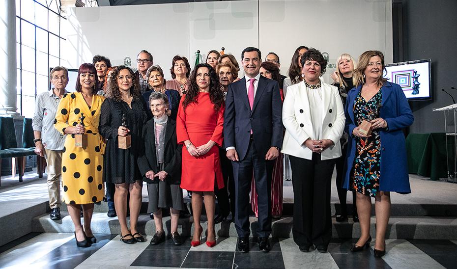 El presidente de la Junta y la consejera de Igualdad posan con las premiadas.