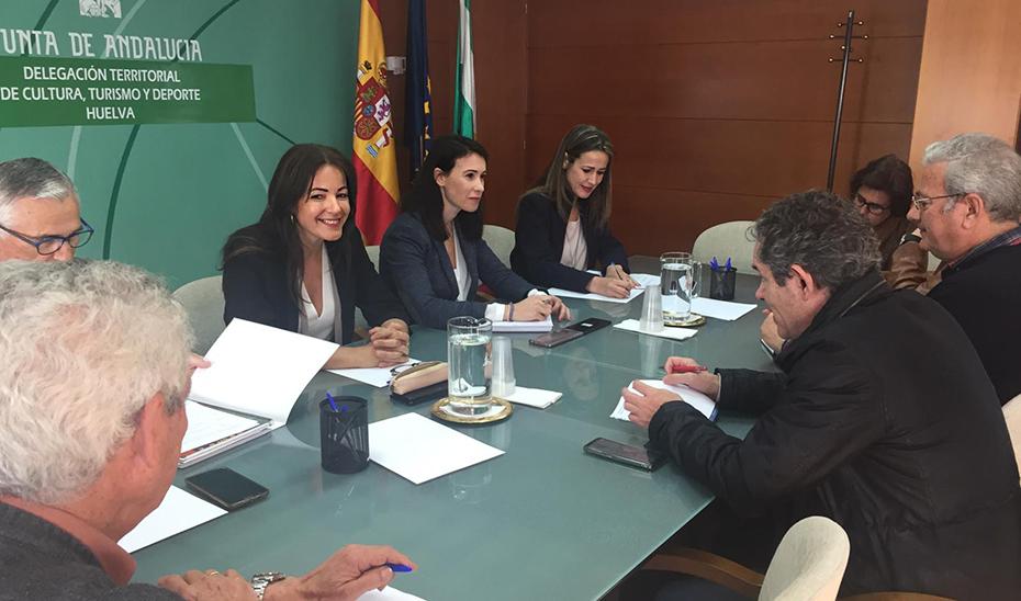 La directora general de Coordinación de Políticas Migratorias, María del Mar Ahumada, en la reunión con sindicatos y empresarios del sector de la fresa en Huelva