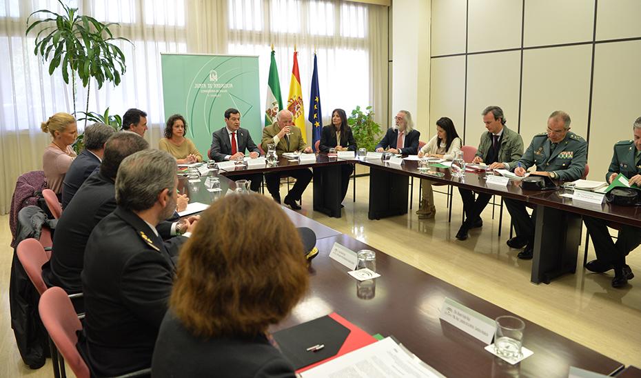 Juanma Moreno preside la reunión celebrada en la Consejería de Salud y Familias.