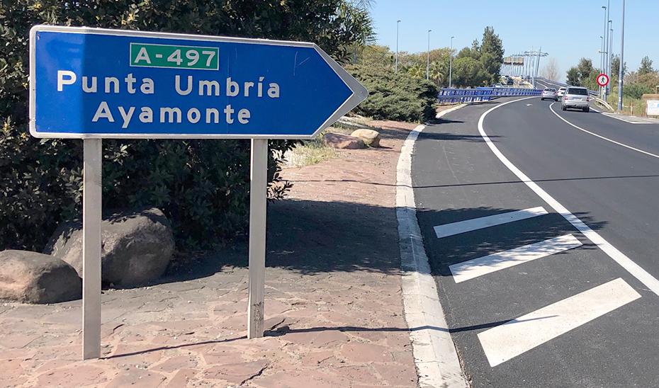 Una indicación hacia Punta Umbría y Ayamonte en el inicio del puente sobre el río Odiel en Huelva.