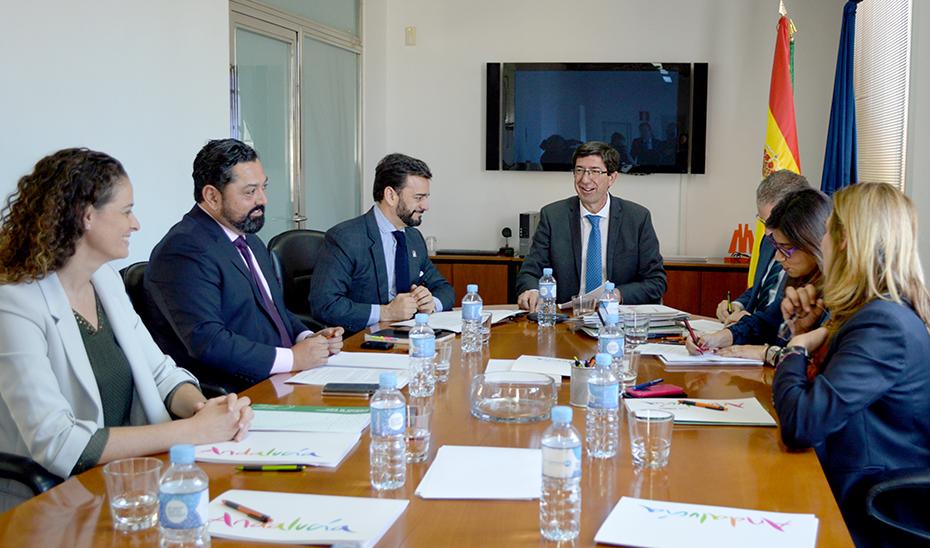 El vicepresidente de la Junta y consejero de Turismo, Juan Marín, preside la reunión.