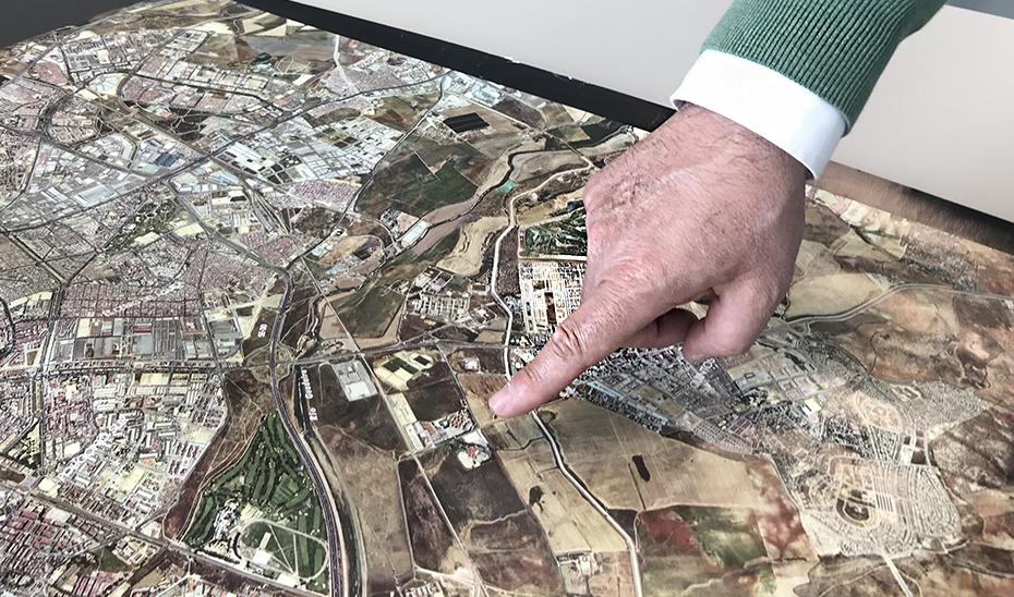 Un técnico de Urbanismo señala un lugar en un planeamiento.