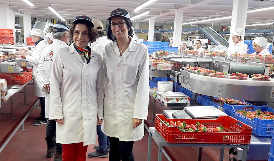 La consejera Rocío Ruiz durante su visita a las instalaciones de la empresa Cuna de Platero, en Huelva.