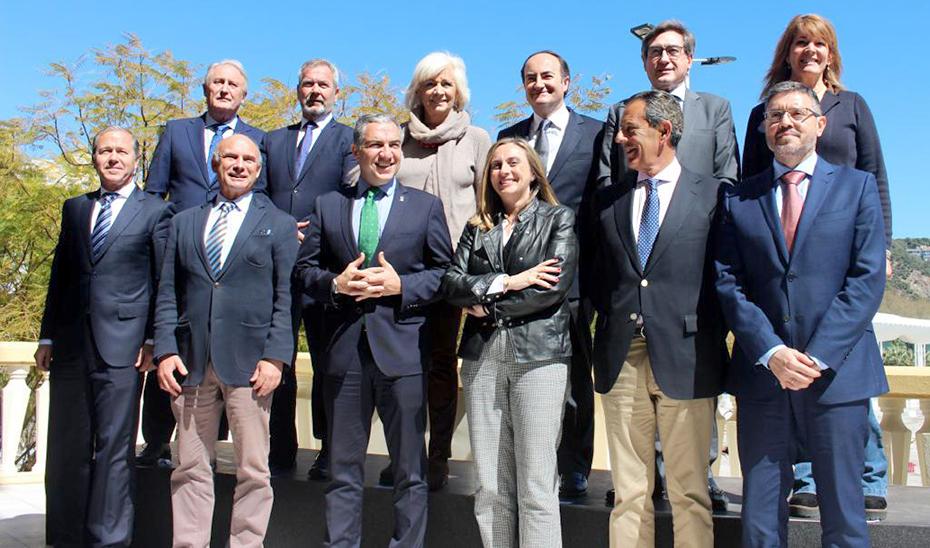 Los consejeros Elías Bendodo y Marifrán Carazo, con directores de los puertos andaluces.