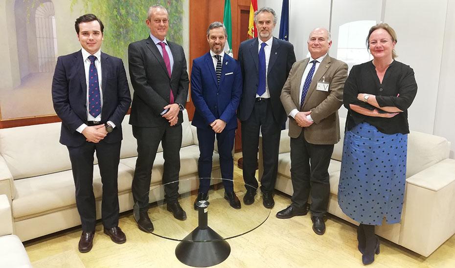 Bravo, en su encuentro con la junta directiva de la Asociación de Industrias Químicas, Básicas y Energéticas de Andalucía.