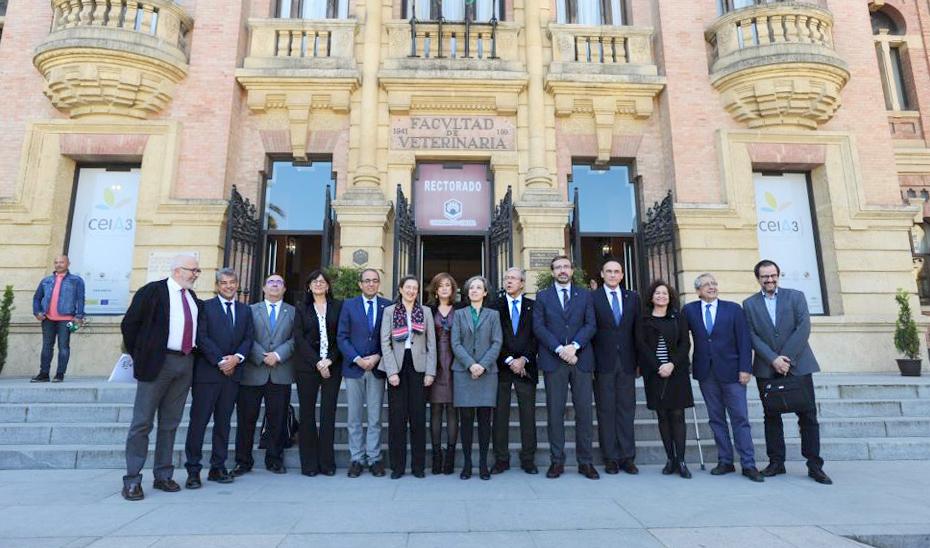 El consejero de Economía, Conocimiento, Empresas y Universidad, Rogelio Velasco, con los rectores de las universidades andaluzas.