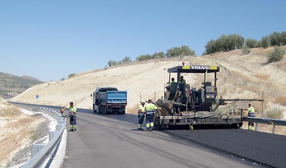 Obras de mantenimiento de una carretera.