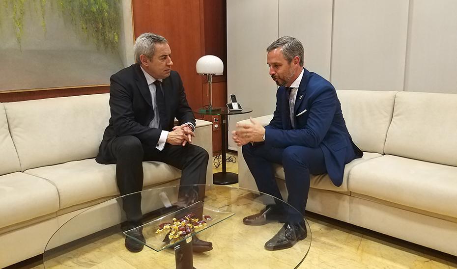 El consejero de Hacienda, Juan Bravo, reunido con su homólogo de la Región de Murcia, Fernando de la Cierva.