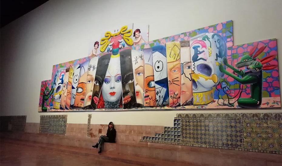 La artista Ana Barriga, con parte de su obra.