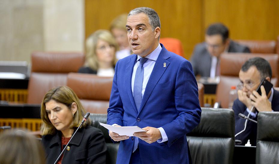 El consejero de Presidencia, Elías Bendodo, en el pleno del Parlamento.