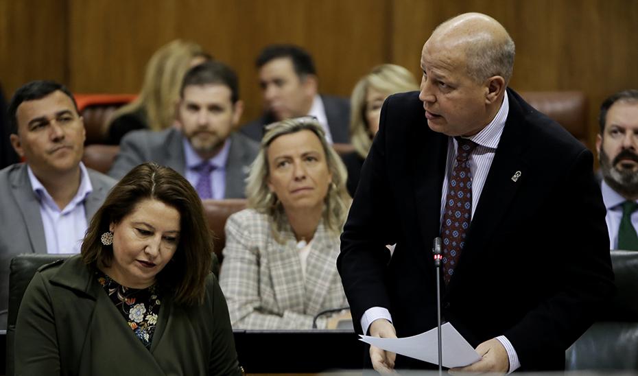 El consejero de Educación y Deporte, Javier Imbroda, en el Pleno del Parlamento