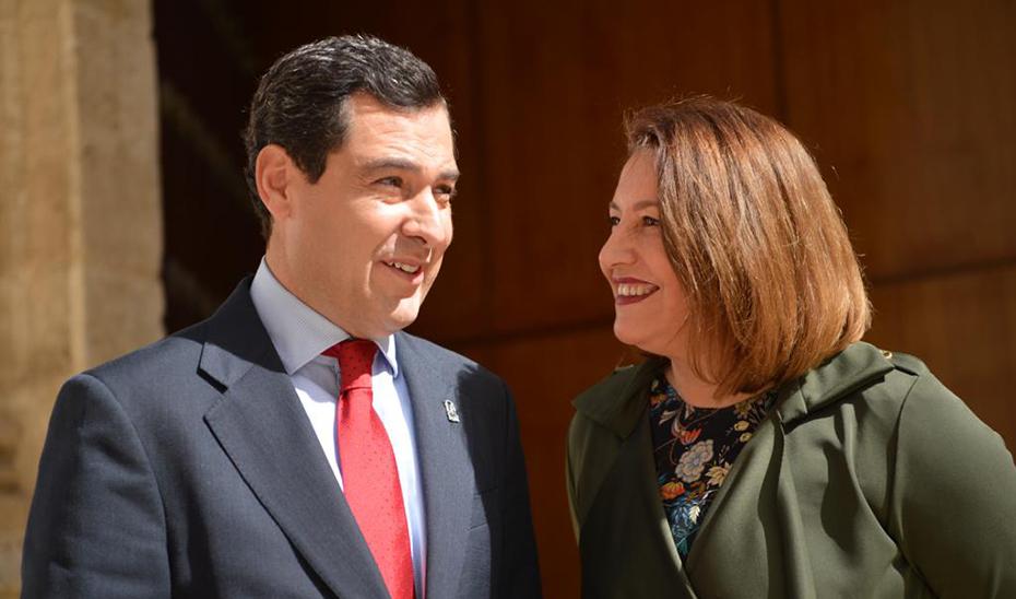 El presidente de la Junta de Andalucía, Juanma Moreno, y la consejera de Agricultura, Carmen Crespo, en el Parlamento
