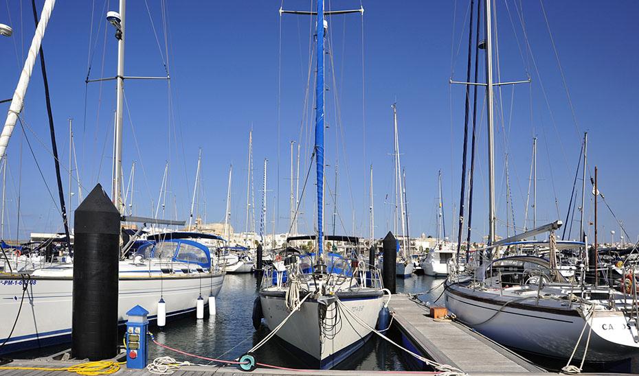 Barcos en el puerto de Rota.