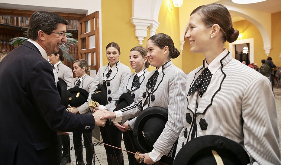 El vicepresidente de la Junta, Juan Marín, saluda a las amazonas de la Escuela Ecuestre de Jerez.