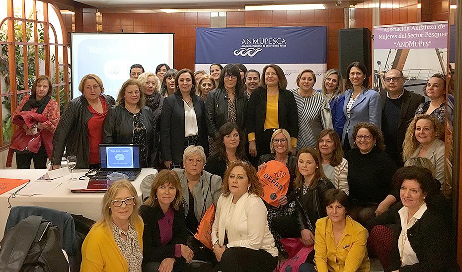 La consejera Carmen Crespo, con integrantes de la asociación de mujeres pescadoras.