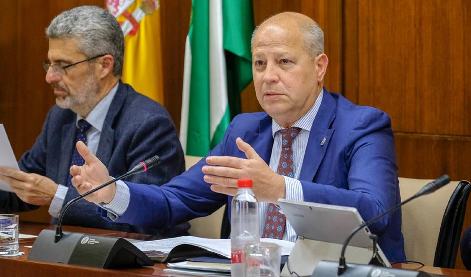 El consejero de Educación y Deporte, Javier Imbroda, ha informado este miércoles en la Comisión de Educación del Parlamento de que el próximo curso 2019-20 se renovarán los libros de texto en los seis cursos que integran la Educación Primaria.