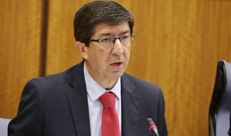 El vicepresidente de la Junta y consejero de Turismo, Juan Marín, este jueves informando en la comisión parlamentaria.