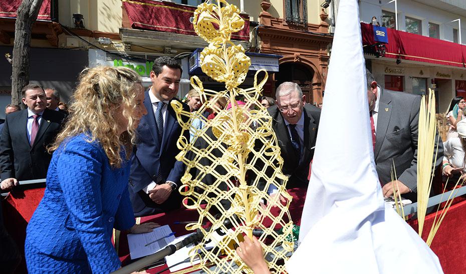 El presidente de la Junta, Juanma Moreno, en el palquillo de la plaza de la Campana en Sevilla.