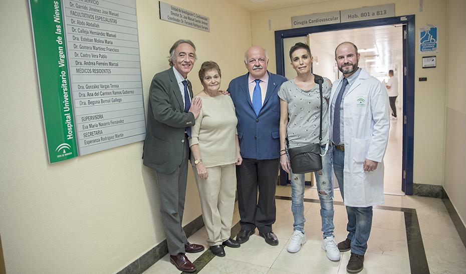 El consejero Jesús Aguirre, visita a una paciente de Cardiología en el Hospital Virgen de las Nieves de Granada.