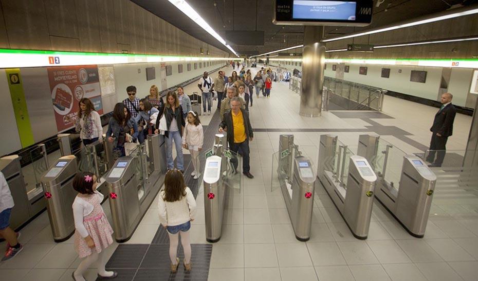 Usuarios del metro de Málaga pasando por el control de salida en una de las estaciones.
