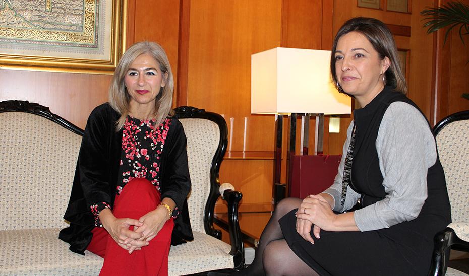 La consejera de Cultura, Patricia del Pozo, durante la reunión con la alcaldesa de Córdoba, Isabel Ambrosio