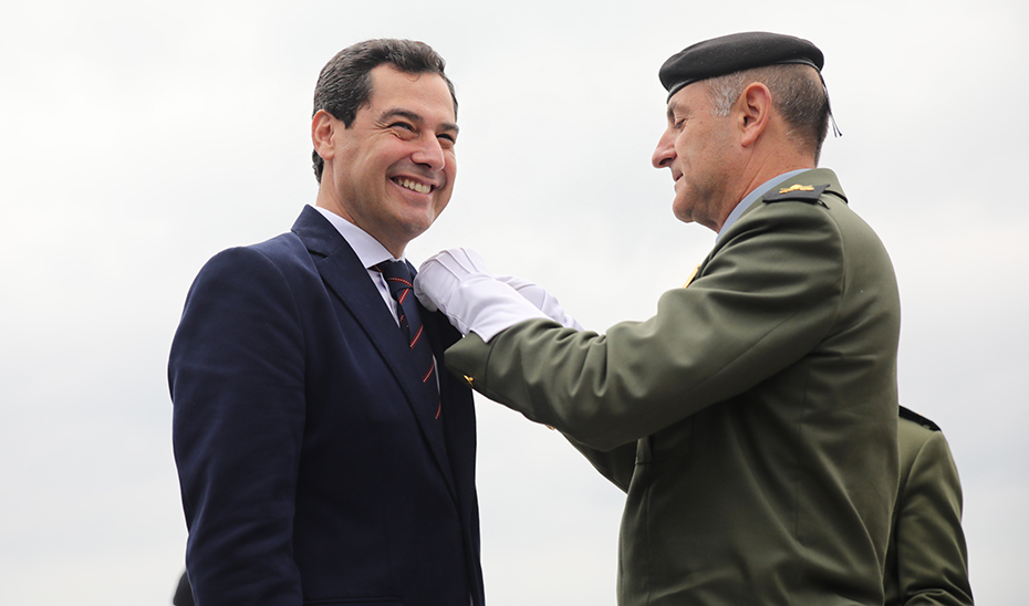 Juanma Moreno recibe en Málaga el título de Caballero Almogávar Paracaidista de Honor