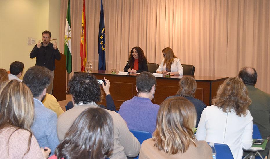 La consejera de Igualdad, durante el encuentro con asociaciones.