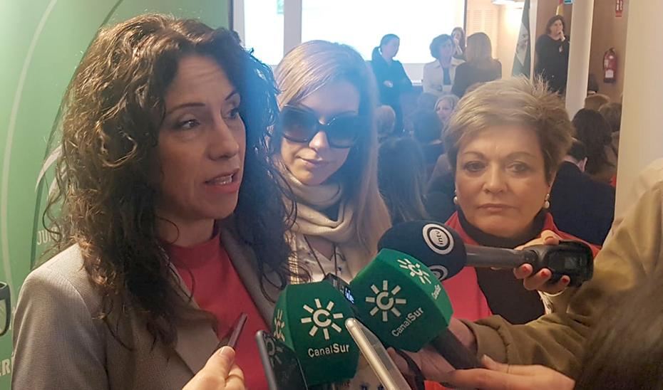 La consejera atiende a los medios de comunicación en Almería, donde se ha reunido con asociaciones de personas con discapacidad.