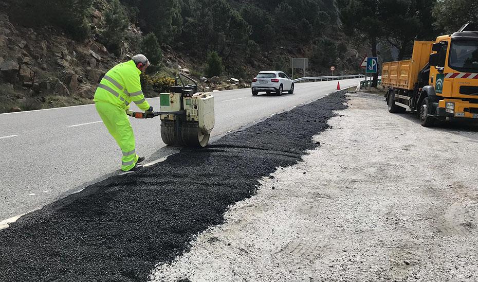 Trabajos de repavimentación en una carretera.