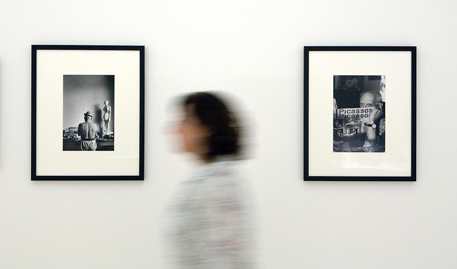 Una mujer entre dos fotografías del pintor malagueño en el Museo Picasso Málaga.