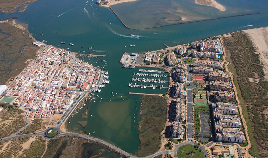 Imagen aérea del puerto de Punta del Moral y del dique del río Carreras en Ayamonte.