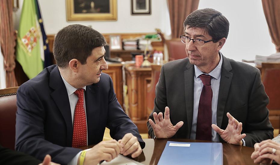 El vicepresidente de la Junta, Juan Marín, con el presidente de Diputación de Jaén Francisco Reyes.