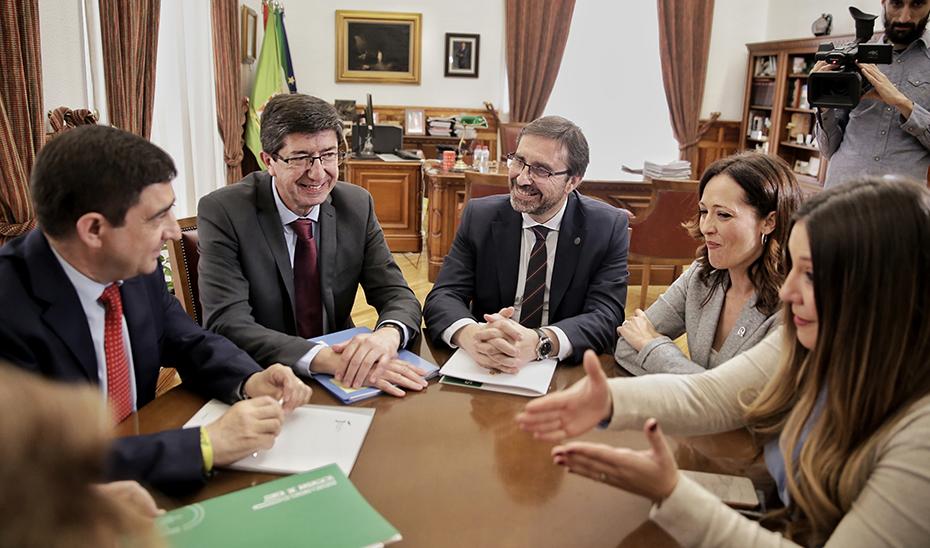 Juan Marín, entre el presidente de la Diputación de Jaén y el rector de la UJA.
