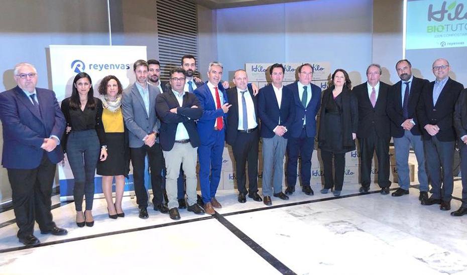 La consejera de Agricultura, Carmen Crespo, con los responsables de la empresa que ha inventado el Hilo Biotutor.