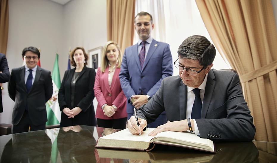 Juan Marín firma en el Libro de Honor del Ayuntamiento de Almería.
