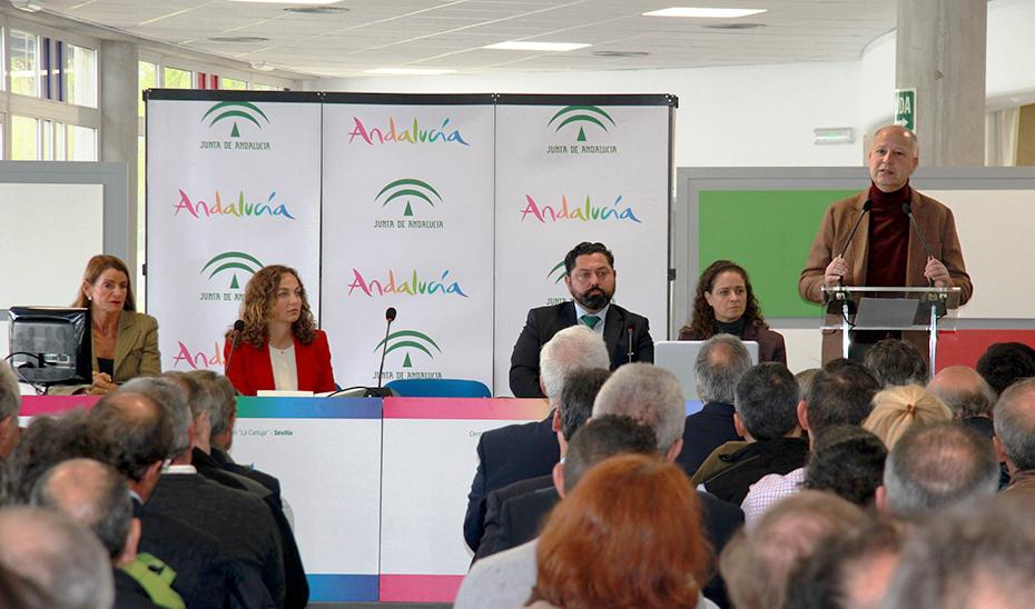 El consejero de Educación y Deporte, Javier Imbroda, con las federaciones deport