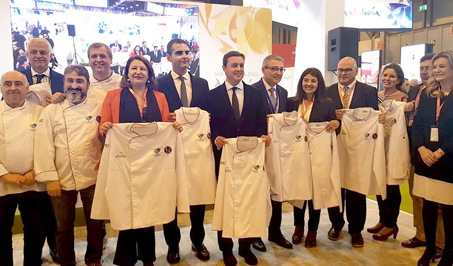 La consejera de Agricultura, Carmen Crespo, con los promotores de la capitalidad gastronómica de Almería.