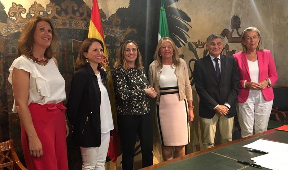 La consejera de Fomento, Infraestructuras y Ordenación del Territorio, Marifrán Carazo, este viernes en Marbella con la alcaldesa.