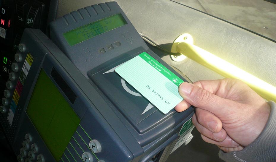 Un usuario de la tarjeta del consorcio de transportes pasando el control de entrada.