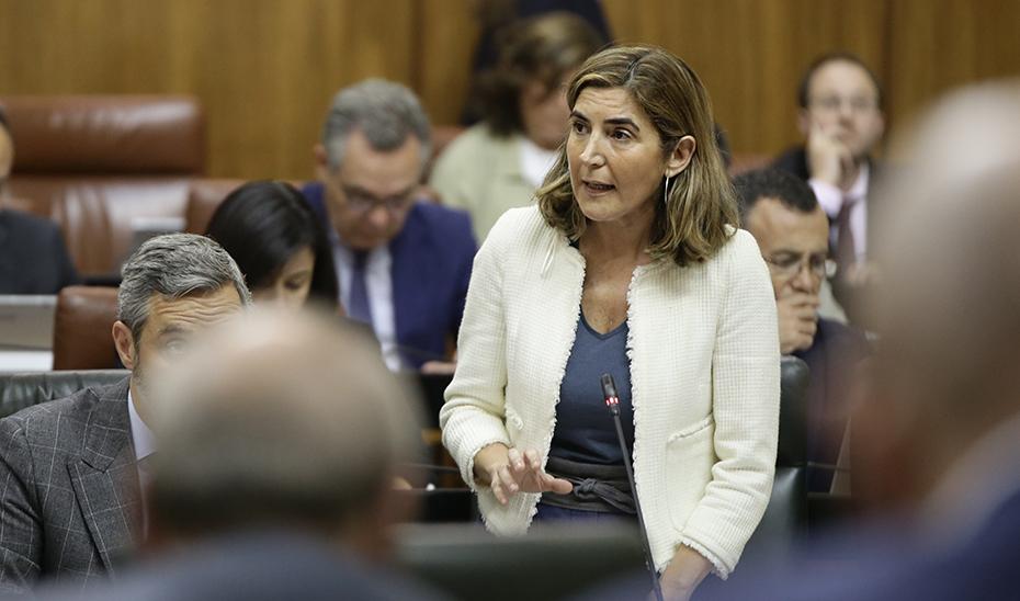 La consejera Rocío Blanco interviene en la sesión de control en el Pleno del Parlamento de Andalucía.