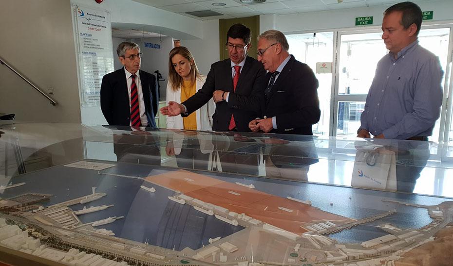 Maqrín, durante la reunión mantenida con el presidente de la Autoridad Portuaria de Almería, Jesús Caicedo.