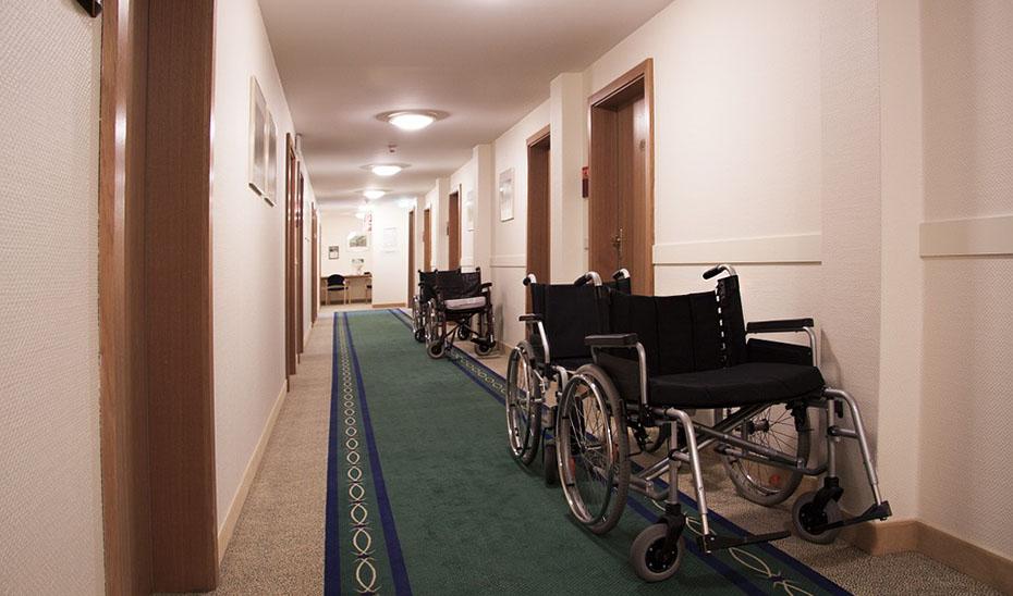 Sillas de ruedas en los pasillos de una residencia.
